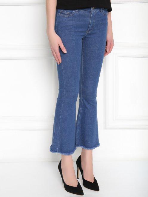 Расклешенные укороченные джинсы из эластичного денима - МодельВерхНиз