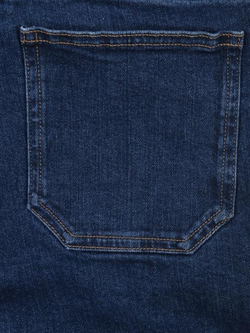 Расклешенные укороченные джинсы из темного денима - Деталь