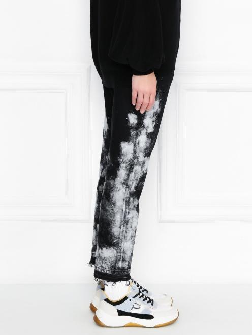 Укороченные джинсы из темного денима с узором - МодельВерхНиз2