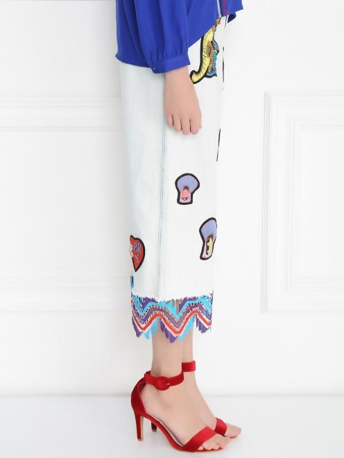 Укороченные джинсы из светлого денима с декоративной отделкой - Модель Верх-Низ2