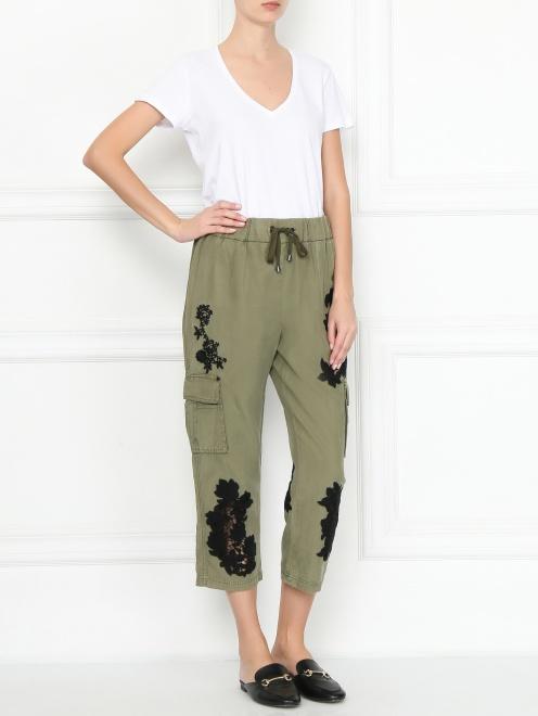 Укороченные брюки свободного кроя с контрастной аппликацией - МодельОбщийВид