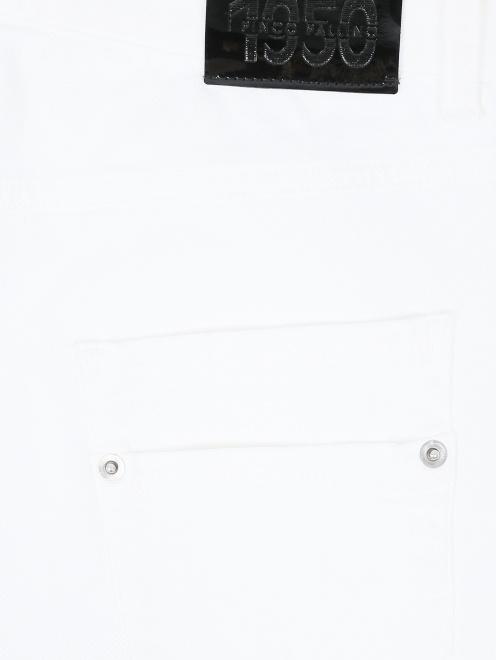 Джинсы прямого кроя с потертостями - Деталь